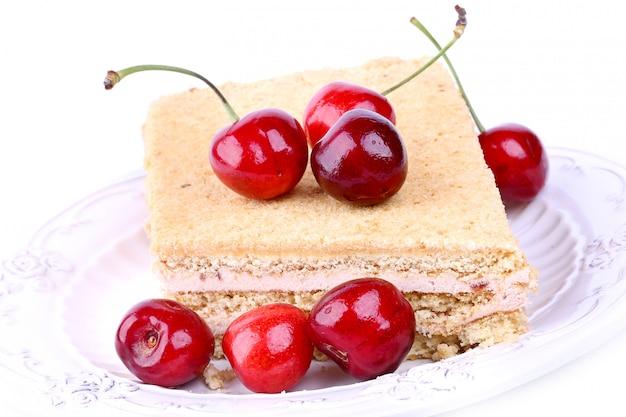 Торт с вишней на белом фоне