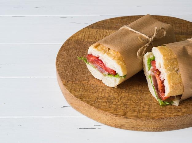 肉、スライスチーズ、トマト、新鮮なレタスの新鮮なバゲットサンドイッチ