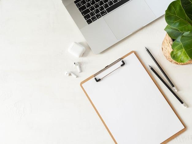ノートパソコンとホームオフィスデスクワークスペース