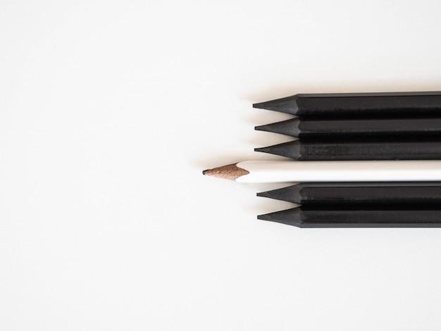 同じ群集を際立たせる白い鉛筆黒の鉛筆