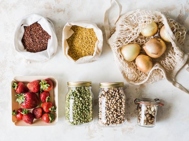 環境に優しいパッケージのさまざまな生鮮食品。市場からのベジタリアンのヘルシーなオーガニックミール。