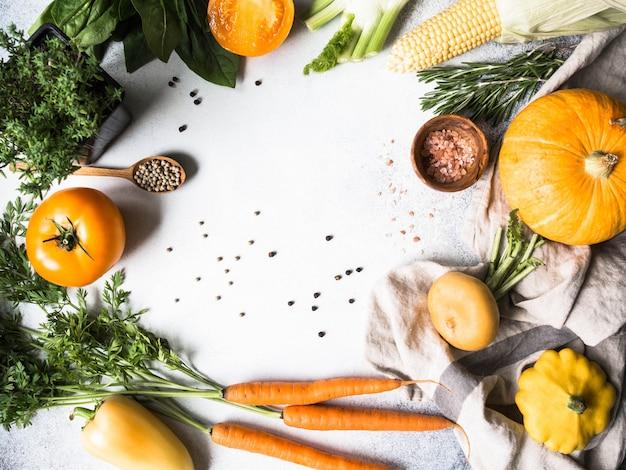 野菜の背景。野菜やスパイスの新鮮な収穫フレーム。