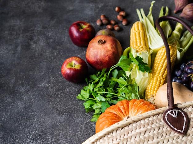 フラットは、灰色の背景に季節の野菜や果物を置きます。コピースペース