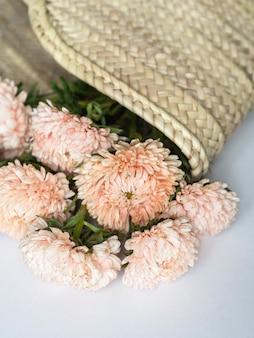 枝編み細工品ストローバッグで季節の桃のアスターの秋の花束