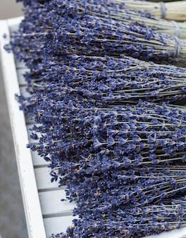 テーブルの上の乾燥ラベンダーの花束