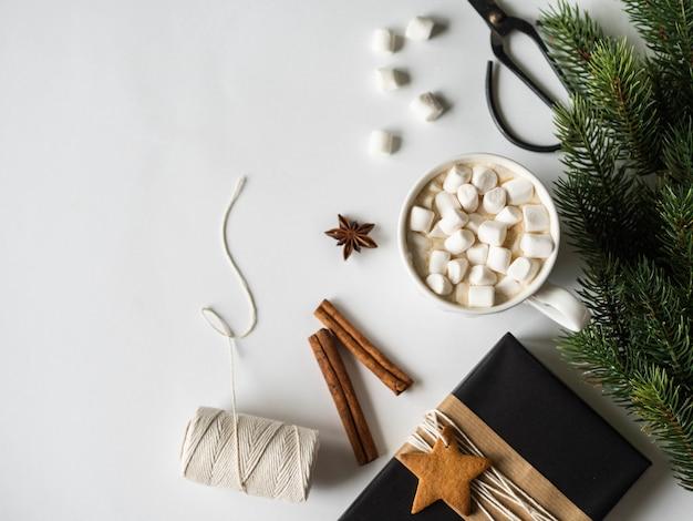 スパイスとマシュマロとモミの枝とカカオの白いマグカップ