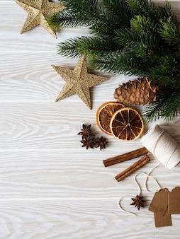 Рождество еловые ветки, специи и новогодняя атрибутика на белом деревянном