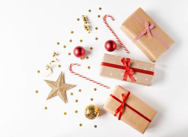 ペーパークラフトとクリスマスの装飾トップビューでギフトクリスマス組成