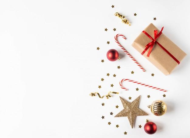ペーパークラフトとクリスマスの装飾のギフトクリスマス組成