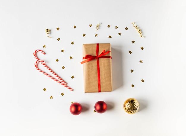 クラフトペーパーとクリスマスの装飾のギフトとクリスマス組成トップビュー。平置き