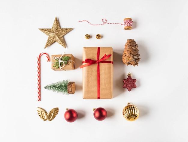 クリスマスフラットは、クリスマスと組み合わせたさまざまなアイテムの構成を置きます。ギフト、星、松ぼっくり、鐘、キャラメル杖、クリスマスボール。上面図。