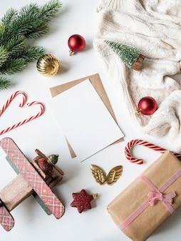 手紙、封筒、クリスマス装飾用の紙カード。メリークリスマスや新年あけましておめでとうございますのフラットレイアウト。上面図。コピースペース