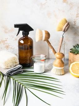 Ноль отходов домашней очистки концепции. различные предметы и ингредиенты для экологически чистой уборки дома.