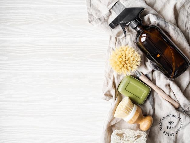 Ноль отходов домашней очистки концепции. различные предметы и ингредиенты для экологически чистой уборки дома. копировать пространство