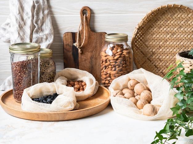 Безотходная домашняя жизнь. кухня для хранения продуктов многократного использования для окружающей среды и нулевого жизненного цикла. пластика свободной жизни. ноль отходов концепции. копировать пространство