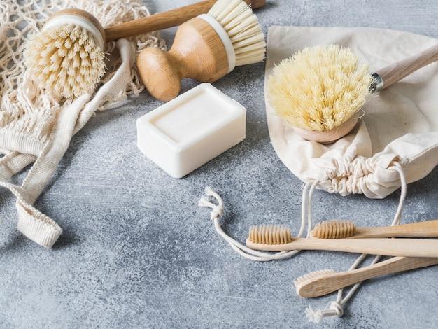 食器洗い用ブラシ、竹製の歯ブラシ、再利用可能なバッグ。