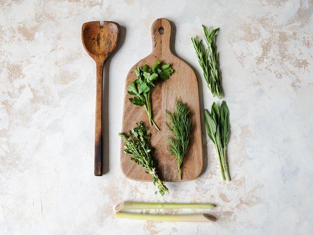 Свежие сырые травы и деревянная кухня. вид сверху