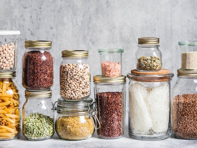 さまざまな穀物や種子が入ったガラスの瓶