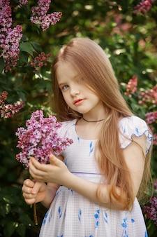 公園で子供の春の肖像画。面白い感情