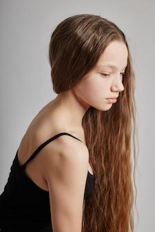 長い髪の美しい十代の少女若いモデル