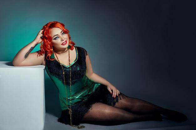 赤い髪のレトロなキャバレーでふっくら女性