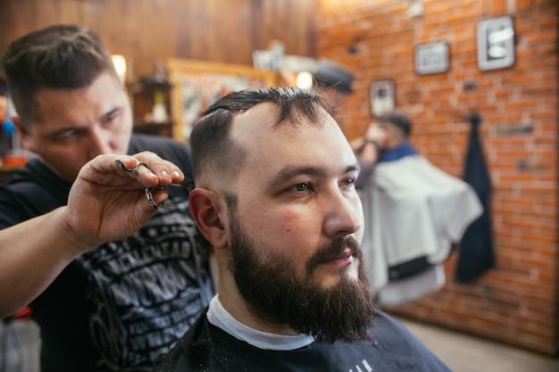 理髪店、ひげカットの美容院を持つ男