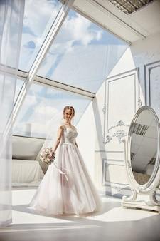 新郎を待っているウェディングドレスの朝の花嫁女性