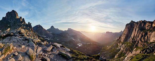 春の山の谷のパノラマ写真