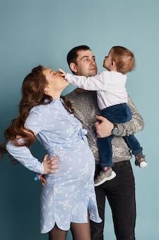 幸せな大家族、妊娠中のお母さん
