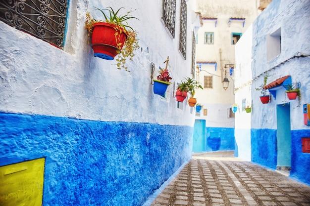 シャウエンのモロッコの青い都市、無限の道