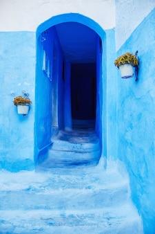 青い都市の青いドアの美しい多様なセット