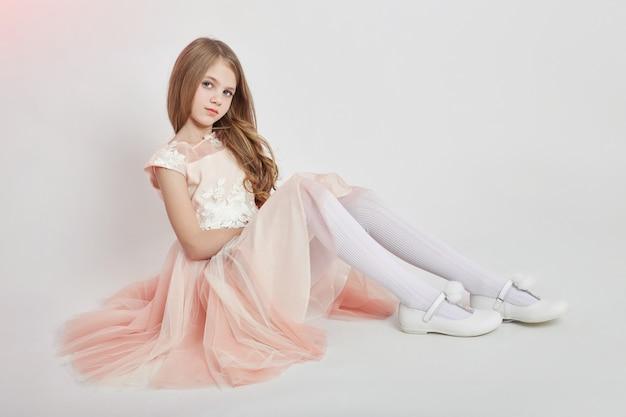 陽気なポジティブガール美しいドレスピンク色