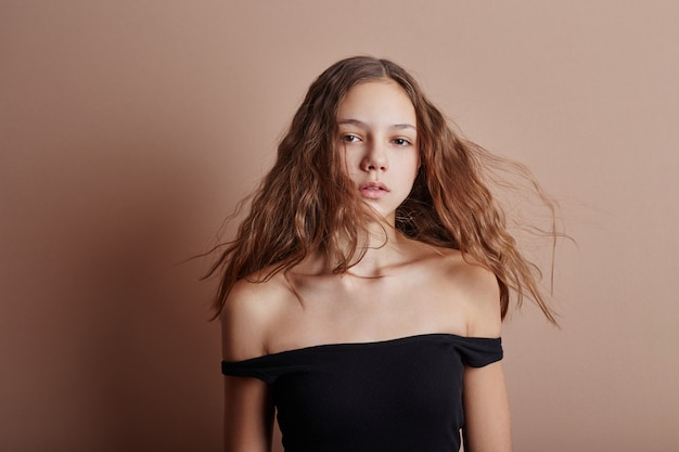 若い女の子の長い髪の美しさの肖像画