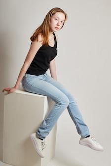 カジュアルな服装で長い髪のファッションの女の子