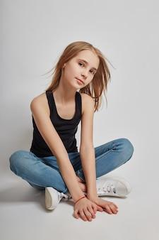 床に座って、夢を見て、長い髪の十代の少女