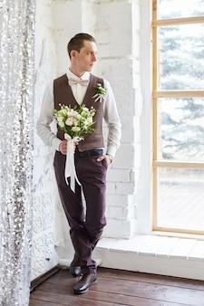 新郎は結婚式の前に花嫁を待っています