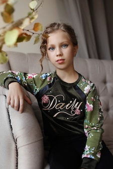 自宅で子供の女の子の美しい肖像画