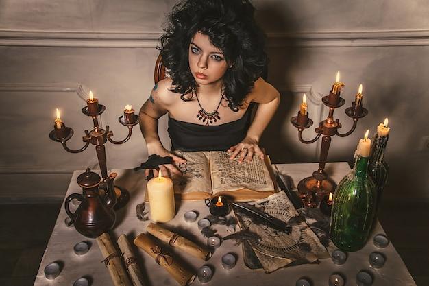 Женщина-гадалка угадывает судьбу ночи за столом
