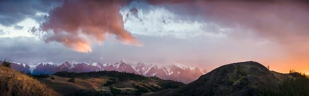 アルタイ、ウコク高原。背景の山々と美しい夕日