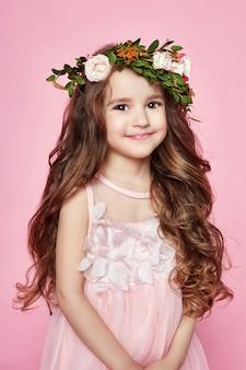 明るい夏の女の子は美しい服を見ます。フラワーズ