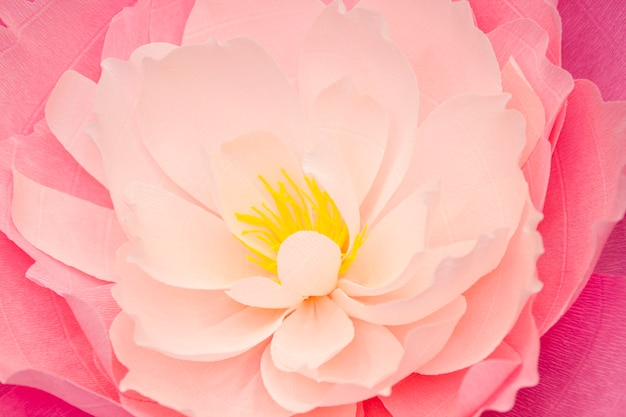 手で作られた人工紙の花。美しい装飾