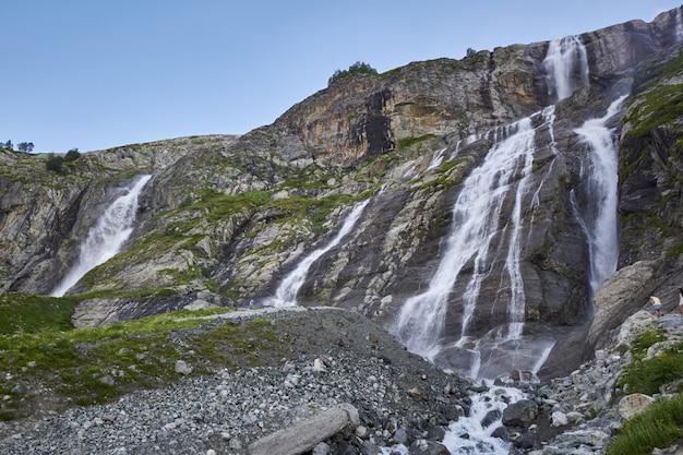コーカサス山脈の滝、溶けた氷河の尾根アルヒズ