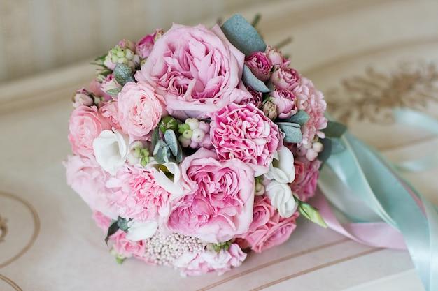 Красивый летний свадебный букет. нежные яркие цветы для девочек
