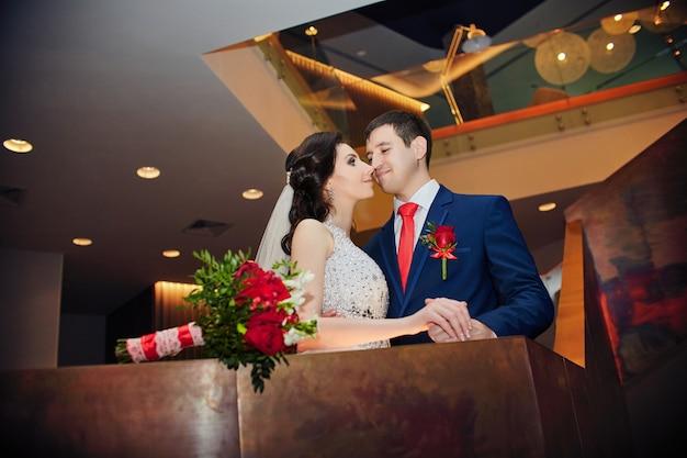 結婚式、新郎新婦は夫と妻になる準備をしています