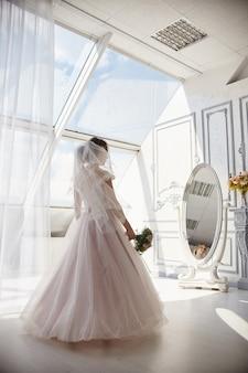 朝の花嫁待っている新郎のウェディングドレスの女性
