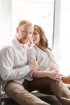 カップルは赤ちゃんを待っています。妊娠と家族関係。愛する夫と妻