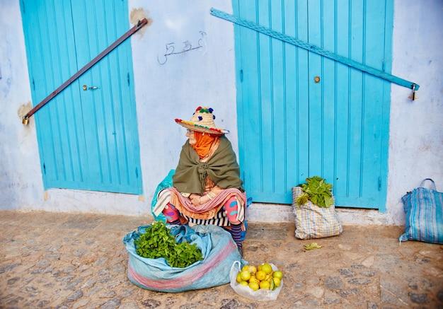 モロッコの青い都市シャウエン、青く塗られた市場通り