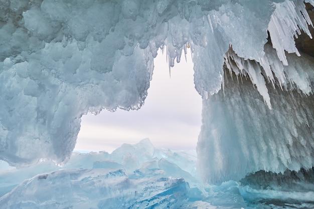 バイカル湖は氷と雪に覆われ、強い寒さ、濃く澄んだ青い氷