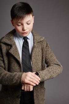 少年はコートのシャツとネクタイのビジネスマンです。