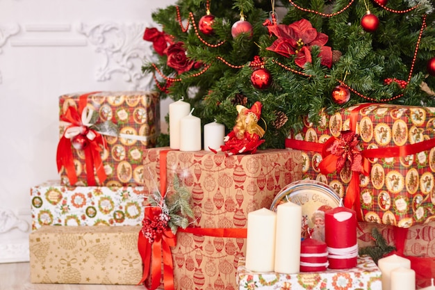 美しいクリスマスの装飾、新年のおもちゃ、暗い花輪で光る